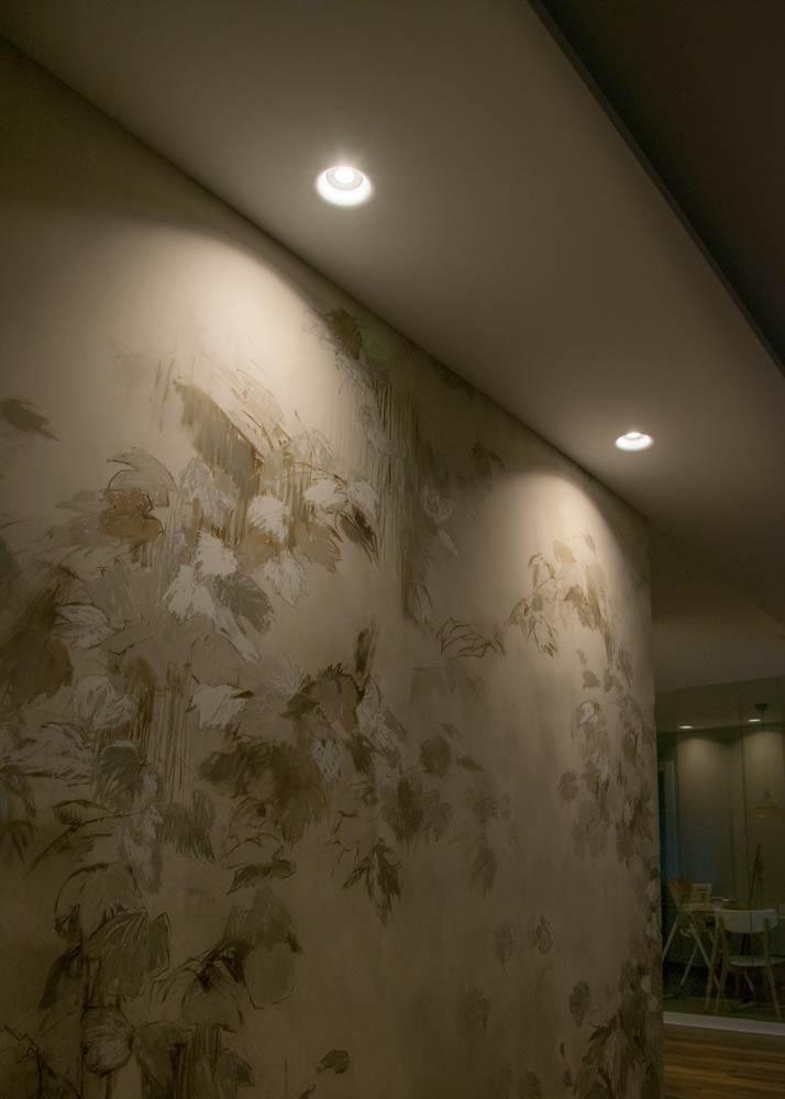Pared con papel pintado, iluminada para mostrar los detalles