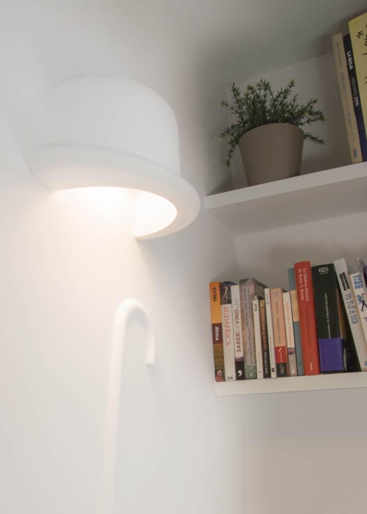 Columna iluminada en salón de casa particular